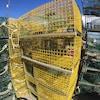 On voit en gros plan des cages à homard vides, empilées.