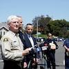 Un shérif donnant un point de presse sur le site d'une fusillade