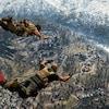 Capture d'écran du jeu Call of Duty: Warzone. Deux soldats tombent du ciel pour atterrir dans l'aire de jeu.