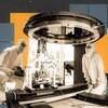 Deux scientifiques en combinaison regardent l'objectif d'une caméra géante.
