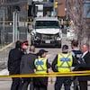 Un véhicule accidenté avec des policiers autour.