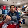 Le commerçant Chris Cheung, du magasin Canadian Crafts à Vancouver.