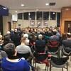 Des dizaines de personnes sont assises en train d'écouter le conseil municipal de Canmore.