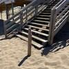 Il manque au moins quatre planches d'un côté de l'escalier.