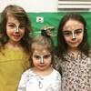 Trois fillettes maquillées.