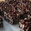 Des carrés au blé soufflé recouverts d'un sirop chocolaté.