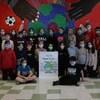 Un groupe d'élèves portant des masques.