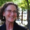 Caryl Green en entrevue à Radio-Canada, devant des arbres