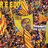 Une manifestation des plusieurs personnes qui brandissent le drapeau catalan