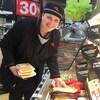 Après avoir été congédiée par Walmart qui a aboli son programme d'insertion d'employés ayant une déficience intellectuelle, Catherine Plamondon s'est trouvé un nouvel emploi dans un supermarché de Shawinigan.