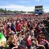 Une immense foule devant la scène du festival.
