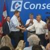 Le chef conservateur Andrew Scheer, à gauche, serre la main de Ted Opitz, candidat conservateur d'Etobicoke — Centre dans une réunion de campagne.