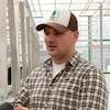 Caleb Allen, âgé d'une trentaine d'années, porte une chemise à carreaux et une casquette