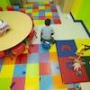 Un enfant en train de jouer dans une garderie.