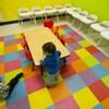 Un enfant devant des chaises vides