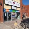 La façade du Centre de ressources communautaires Orléans-Cumberland. Une voiture noire est stationnée devant.