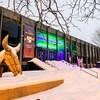 La façade du Centre Segal à Montréal est illuminée par une lumière verte.