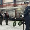 Des militaires se recueillent devant les couronnes pour le jour du Souvenir.