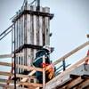 Un travailleur sur un chantier de construction à Moncton, au Nouveau-Brunswick.