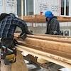 Des travailleurs de la construction dehors, en hiver