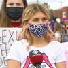 Kennedy Curley interviewée devant d'autres manifestantes.
