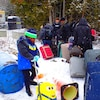 Un groupe de migrants traverse la frontière canado-américaine de façon irrégulière sur le chemin Roxham.