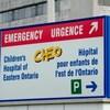 Une borne indique le stationnement et l'entrée de l'urgence du CHEO.