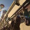Une image d'une rue à Calgary. Au premier-plan, une statue de cheval en métal. En arrière-plan la Calgary Tower.