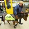 Un cheval guide à l'entraînement sortant d'un wagon de métro.