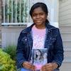 Chidera Igwe est assise sur les marches devant sa maison. Elle tient son premier roman dans ses mains et sourit.