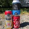 3 cannettes de bière sur le sol.
