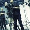 Un plateau de tournage avec un caméraman.