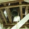 La cloche vue d'en dessous dans la tour.
