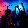 Des silhouettes de personnes dansant dans une boîte de nuit.