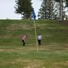 Des golfeurs en action au club de golf Les Saules.