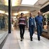 Joanne Beers, Joanne Martin et Moïse Martin marchent dans un couloir du centre commercial CF Champlain de Dieppe.