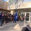 Des Métis entrent dans l'édifice de la Cour fédérale. Certains portent de larges drapeaux métis.