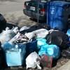 Des sacs à ordures et des bacs de recyclage en bordure d'une rue, dans le secteur Limoilou, à Québec