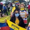 Manifestants avec des drapeaux colombiens.