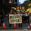 Des manifestants tiennent une pancarte, où on peut lire le nom de de l'adolescente Ma'Khia Bryant.
