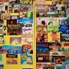 Des bandes dessinées dont celles de Batman, Archie et Nemo sont en rangées dans le magasin Comicshop.