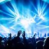 Des gens assistent à un concert.