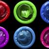 Des condoms de différentes couleurs