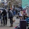 Une foule de monde dans le quartier Downtown Eastside à Vancouver.