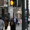 Des passants masqués marchant à Manhattan.