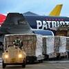 Un avion transportant des masques respiratoires est déchargé.