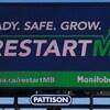Un panneau d'affichage publicitaire sur lequel est écrit le slogan de la compagne lancé par le gouvernement manitobain