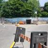 Une énorme murale sur un mur de béton dans la côte Plouffe à Trois-Rivières. En avant-plan, une barricade pour empêcher les gens d'y aller.