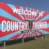 Pancarte où il est écrit en anglais : « Bienvenue au festival de musique Country Thunder ».