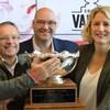 De gauche à droite, Christian Côté, président du comité organisateur de la Coupe Vanier, John Bower, directeur du marketing et des communications d'U Sports, Julie Dionne, directrice du service des activités sportives de l'Université Laval.